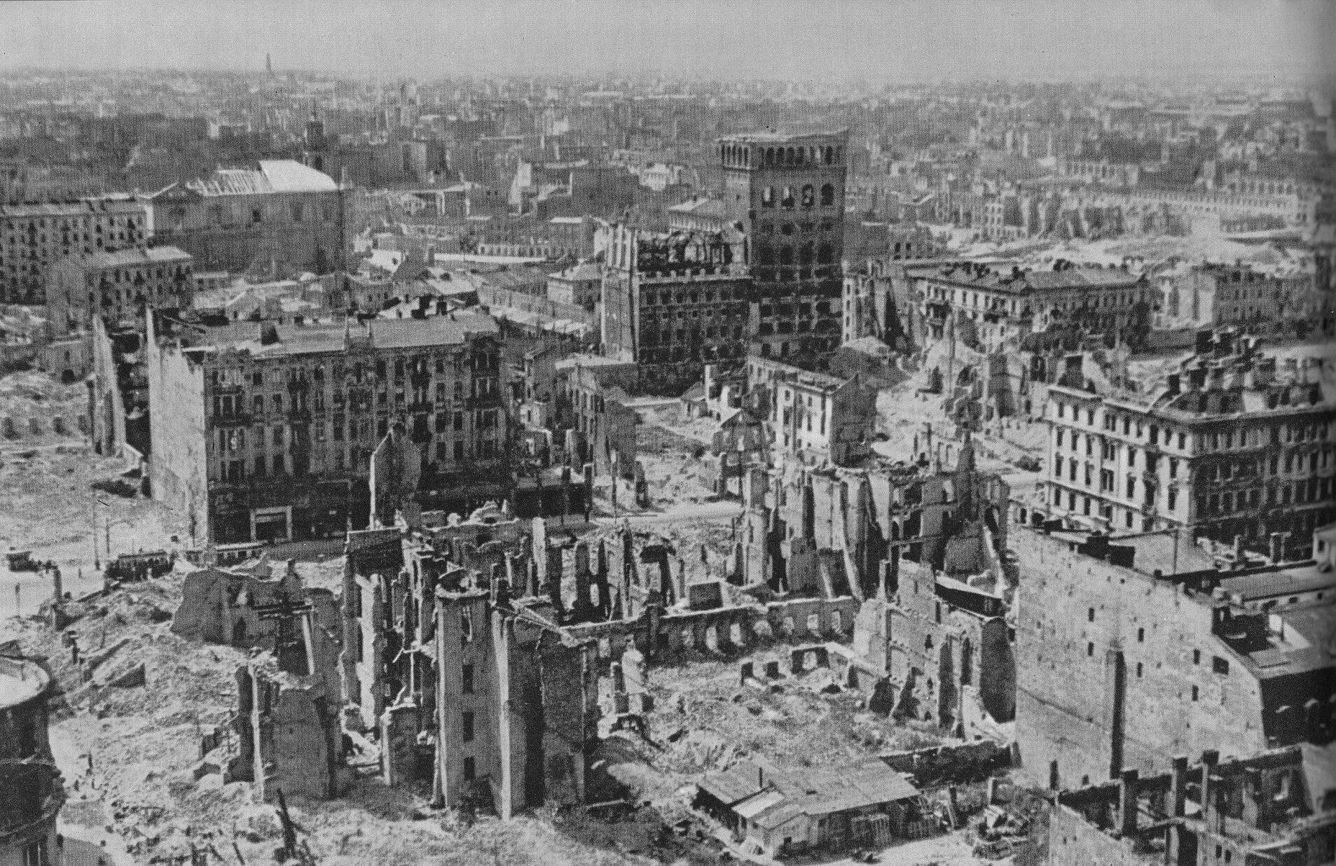 Walki o wieżowiec warszawskiej PAST-y (Polskiej Akcyjnej Spółki Telefonicznej) przeszły do legendy powstania. Budynku bronili: