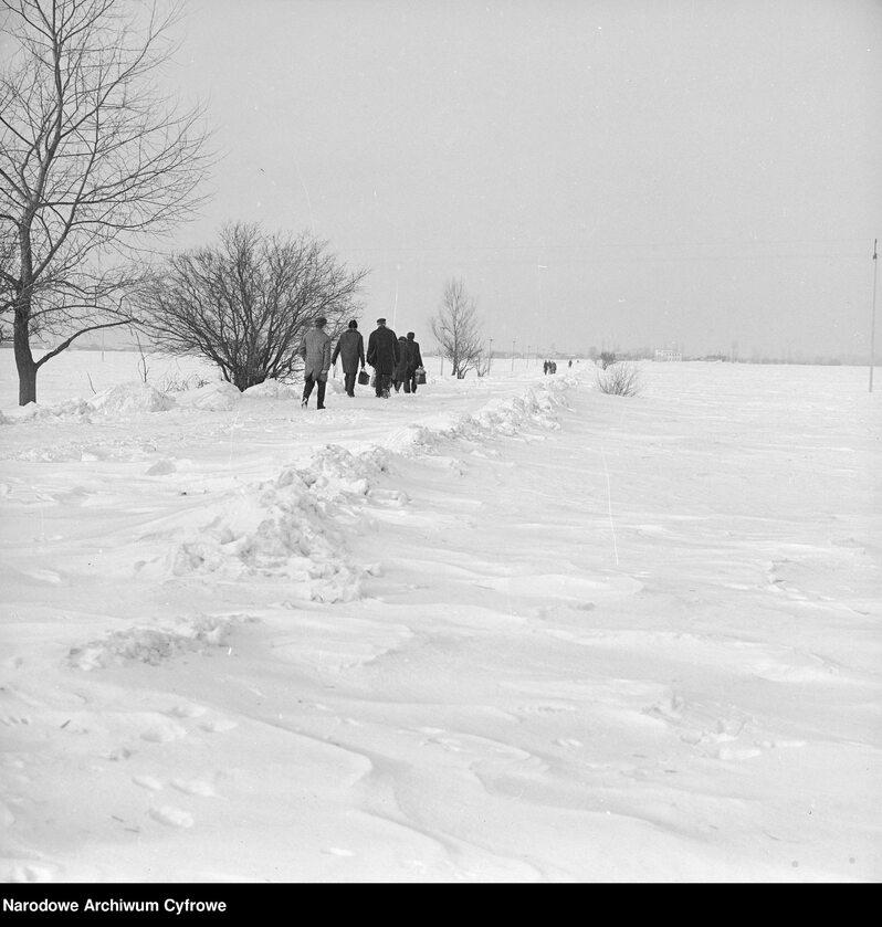 Zima stulecia w Starych Babicach i okolicy. Ludzie idący po ośnieżonej drodze na wsi