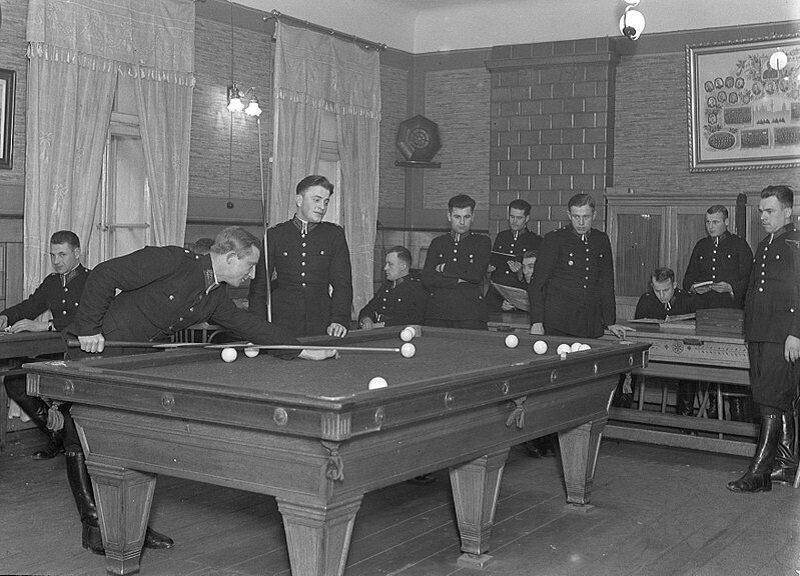 Młodzi policjanci grają w bilard (1934)