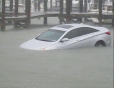Auto stoczyło się do oceanu. Parkingowy zapomniał zaciągnąć hamulec