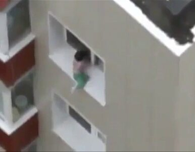Dziecko prawie wypadło z okna. Chodziło po parapecie