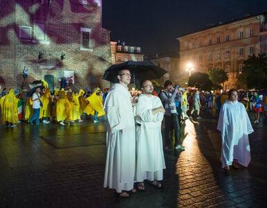 Duchowni tańczą z młodzieżą w Krakowie. Te nagrania musisz zobaczyć