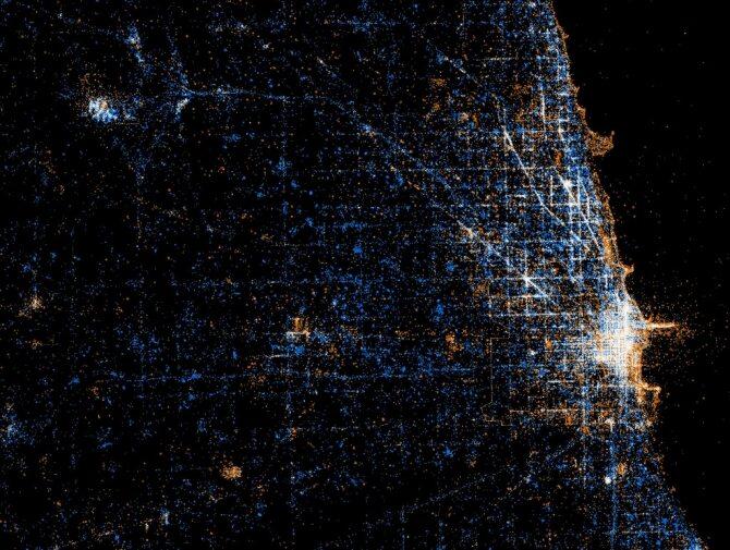 Chicago - w przybliżeniu widać, gdzie w ciągu dnia są mieszkańcy miasta, a gdzie turyści. Niebieskie kropki to tweety, kropki pomarańczowe to zdjęcia (wrzucone na flickr.com), a białe to i to, i to. Turyści robią zdjęcia, podczas gdy lokalsi tweetują