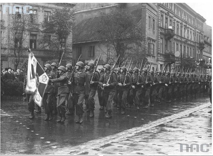 1.  Oddziały piechoty na ulicy Długiej podczas defilady (fot. Narodowe Archiwum Cyfrowe)