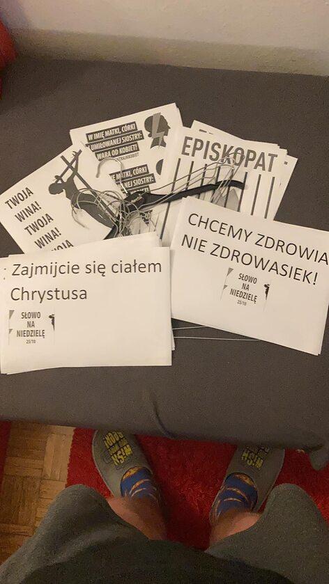 Wydruki przygotowane na niedzielną akcję protestacyjną