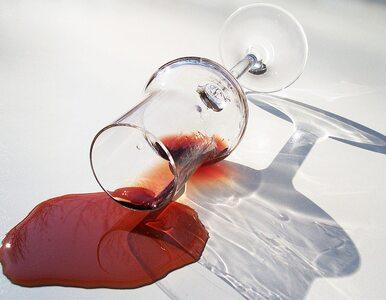 Jak usunąć plamy z czerwonego wina z obrusu lub dywanu?