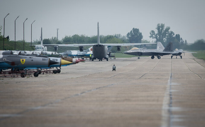 F-22A orazKC-135 nalotnisku wbazie lotniczej Mihail Kogalniceanu, Rumunia