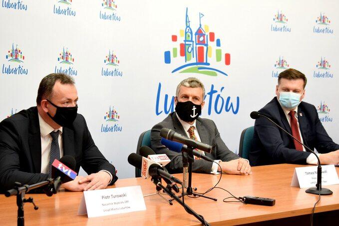 Konferencja prasowa (w środku Tomasz Nasiłowski)