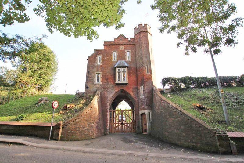 Zabytkowa brama wjazdowa na cmentarz w Louth na sprzedaż. W środku jest mieszkanie