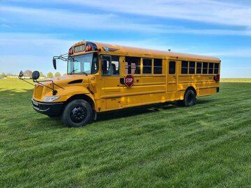 Para przerobiła autobus szkolny na mieszkanie. Tak wygląda teraz
