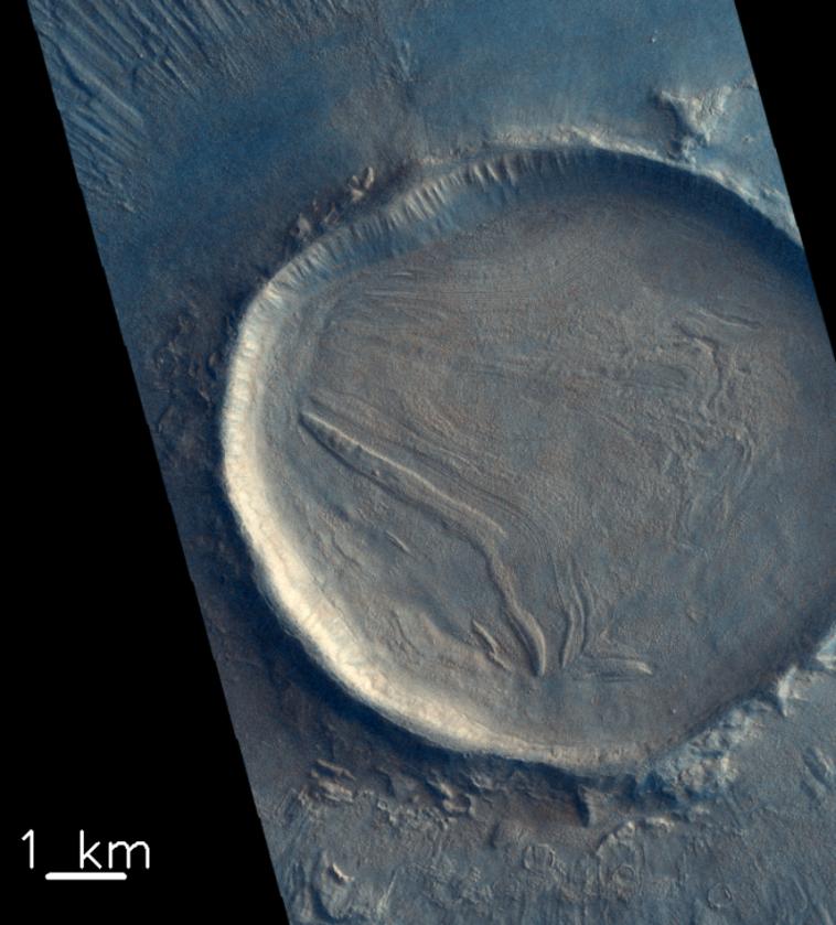 Nienazwany krater o pofałdowanej powierzchni