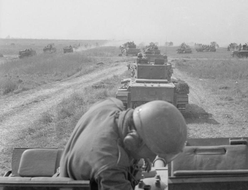Polacy także mieli swój wkład w powodzenie operacji Overlord . 1 Dywizja Pancerna zmierza w kierunku pozycji wroga w trakcie walk pod Falaise (8 sierpnia 1944).