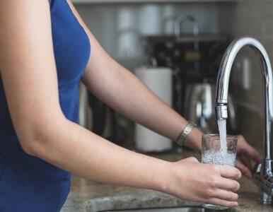 Nie lubisz pić zwykłej wody? Dodaj do niej te produkty – będzie smaczna...