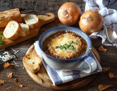 Przepis na aromatyczną francuską zupę cebulową z winem