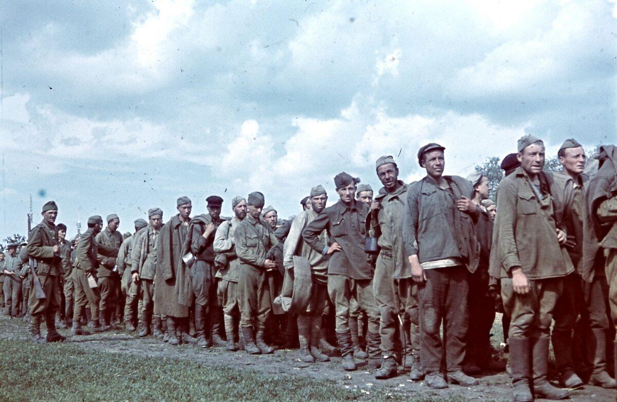 Radzieccy jeńcy wojenni na froncie wschodnim (1942 r.)