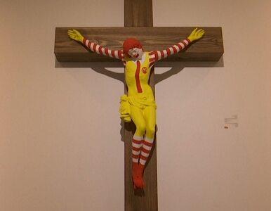 Ukrzyżowany Ronald McDonald w muzeum. Demonstranci starli się z policją