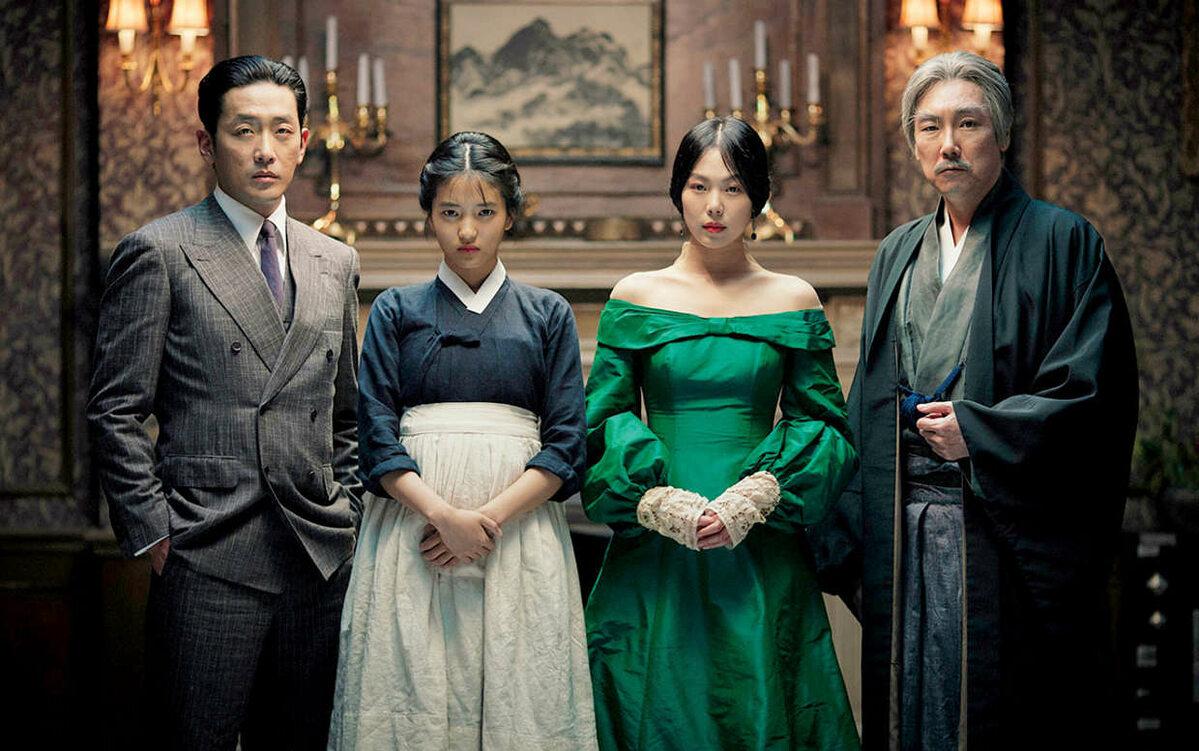 """#8. Służąca, reż. Chan-wook Park (Korea Południowa, 2016) Chan-wook Park po romansie z Hollywood powraca do Korei i wciąż z niesamowitym wysmakowaniem łączy dwa style opowiadania. Nie daje łatwych interpretacji, sięga po metaforykę i wysublimowane aluzje. Do tego upaja się dualizmem prezentowanego świata.  U Parka nic nie jest oczywiste, a """"Służąca"""", która pierwotnie rysuje się jako banalne love story, nabiera rumieńców erotycznego traktatu, kina inicjacyjnego, thrillera i feministycznego manifestu. Wielowarstwowa opowieść czasami zbliża się do niebezpiecznej granicy kiczu, ale reżyser już nie raz udowodnił, że potrafi zachować granice. Myli tropy, daje różne możliwości interpretacji i podążania za postaciami, a przy tym gwarantuje intelektualną i wizualną przygodę. """"Służąca"""" opowiada o manipulacji, a reżyser opanował tę sztukę do perfekcji. Sprawia, że podążamy za jego narracją i zauroczeni pięknem opowieści, dajemy się wywieść w pole. Czysta przyjemność bycia oszukiwanym. [Małgorzata Czop]"""