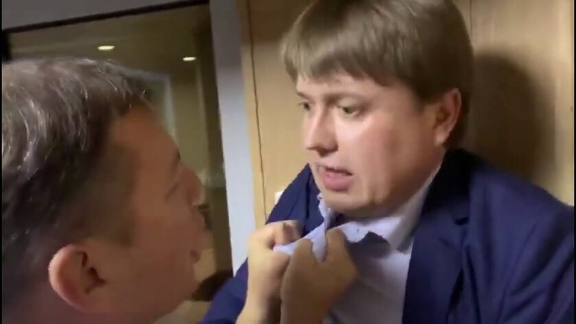 Bójka polityków na lotnisku w Kijowie