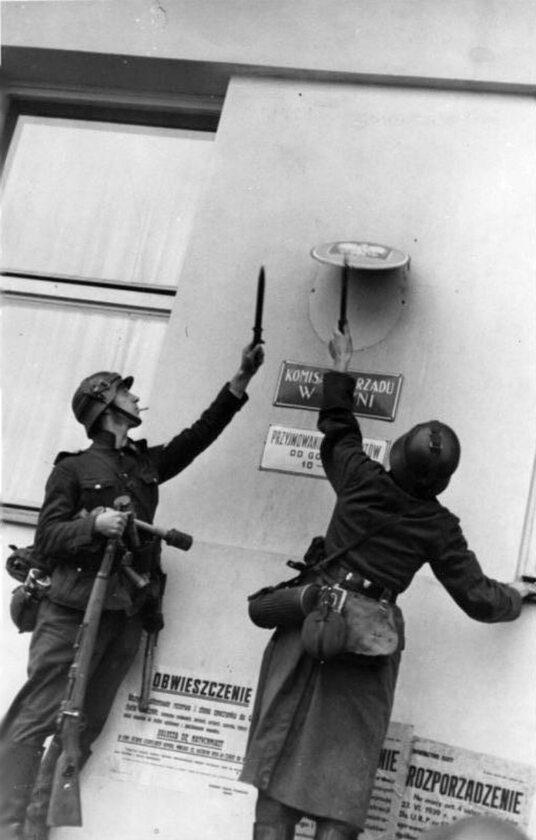 Niemieccy żołnierze zrywają polskiego orła z komisariatu rządu w Gdyni Oryginalnie zdjęcie zostało podpisane przez propagandę jako zrywanie orła ze zdobytej gdańskiej poczty.