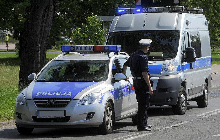 Funkcjonariusz i policyjne pojazdy: Kia Cee'd i Fiat Ducato