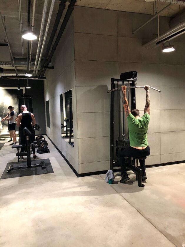 Siłownia 6 czerwca, tuż po otwarciu Pracownikom i właścicielom siłowni zaleca się też:  utrzymanie odległości przynajmniej 2 m pomiędzy klientami i pracownikami siłowni/klubu fitness; rozstawienie sprzętów do ćwiczeń w odpowiednich odległościach od siebie – przynajmniej 1,5 m lub wykluczenie z użytkowania sprzętu, który przymocowany jest na stałe i nie spełnia określonej odległości lub dopuszczenie używania co drugiej maszyny w tym samym momencie;