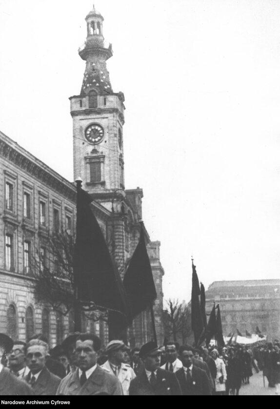 Wiec Polskiej Partii Socjalistycznej w Warszawie podczas obchodów święta 1 Maja (1 V 1931 r.). Pochód ze sztandarami na placu Teatralnym - widoczni uczniowie szkół wyższych