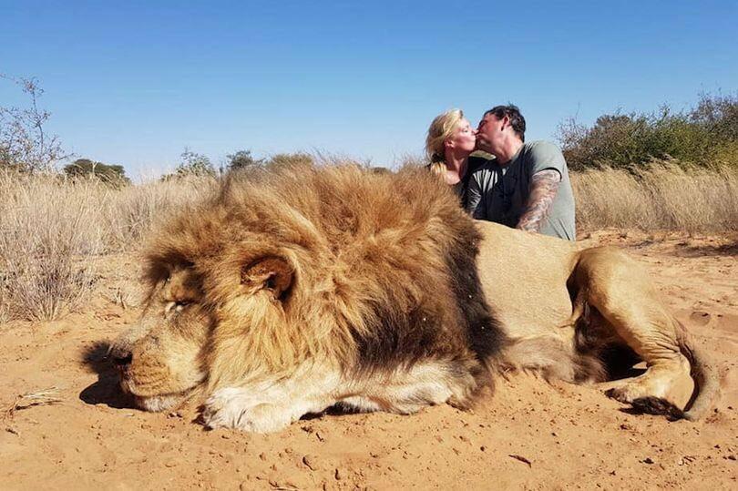 Darren i Carolyn Carter przy zabitym lwie