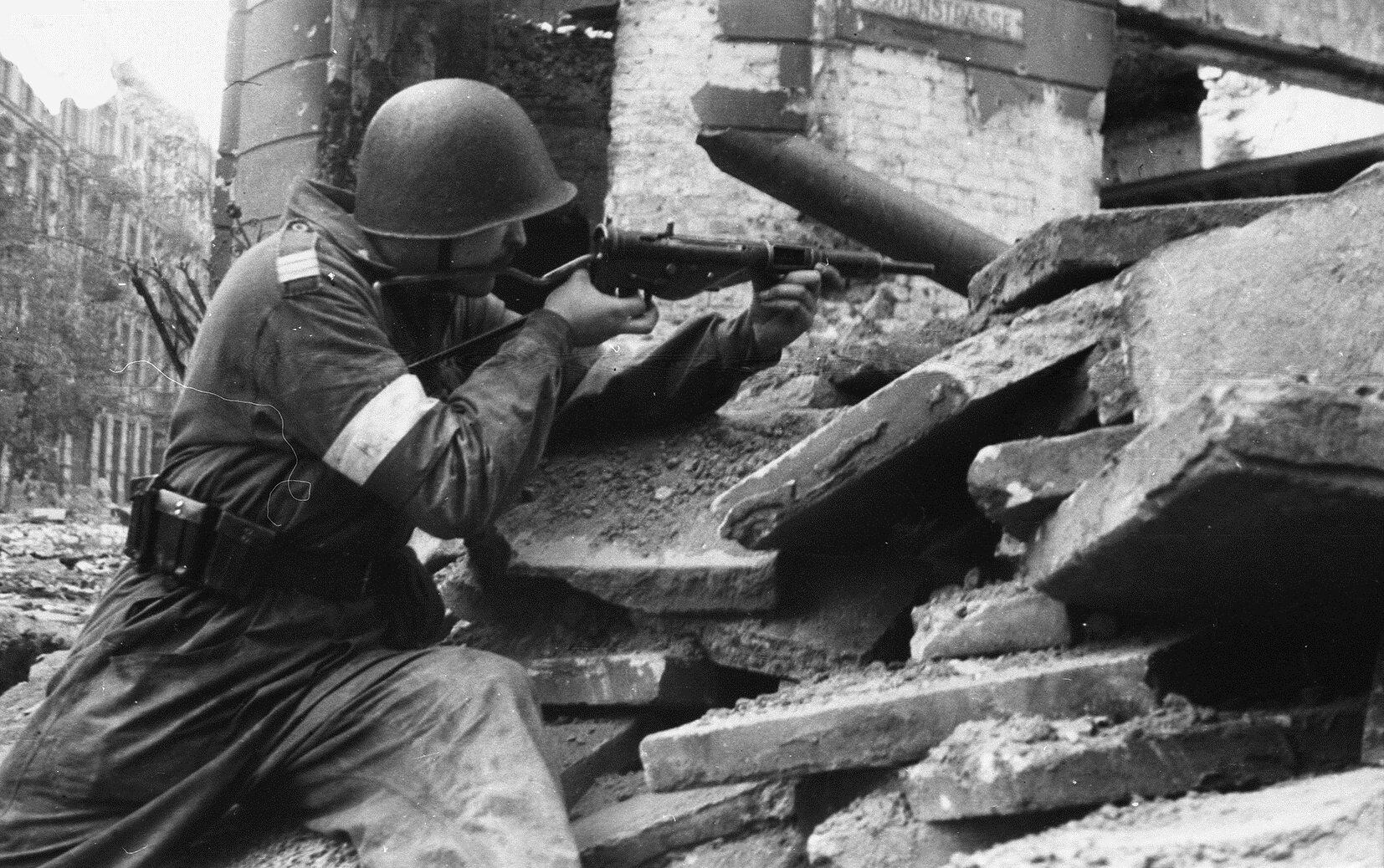 Jaki procent powstańców był 1 sierpnia wyposażony w broń palną?