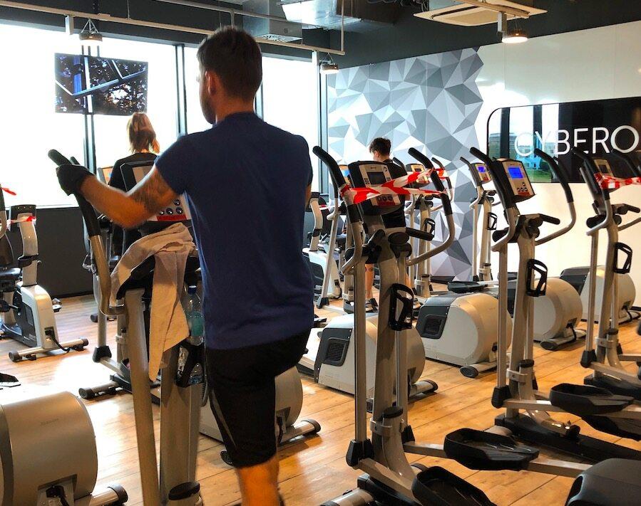 Siłownia po otwarciu Tak, trzeba przyznać, że ćwiczący się stęsknili. W warszawskim klubie McFit, sieciowej siłowni, należącej do największej tego typu sieci w Europie, tłumów nie było (bo nie mogło), ale większość sal w sobotę 6 czerwca rano była pełna sportowców.   Po kilka osób ćwiczyło na urządzeniach do treningu kardio, w salach siłowych też było sporo osób. Ani za dużo, ani za mało, bo – przypomnijmy – zalecenie Ministerstwa Rozwoju mówi o 1 osobie na 10 metrów kwadratowych powierzchni klubu.