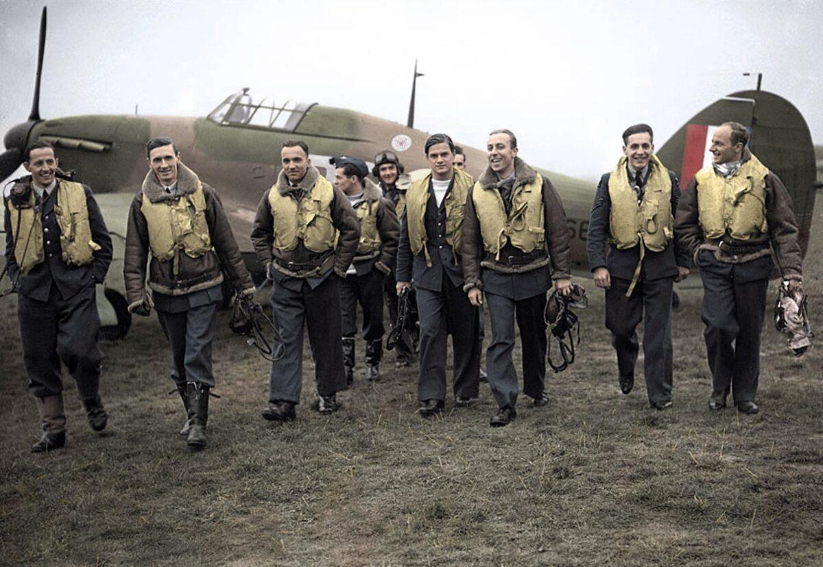 Piloci Dywizjonu 303 (1940 rok) Od lewej: Ferić, Kent, Grzeszczak, Radomski, Zumbach, Łukuciewski, Henneberg, Rogowski, Szaposznikow
