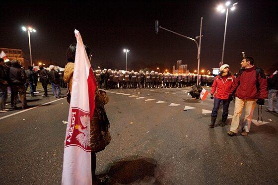 """Ok. godziny 17 """"Marsz Niepodległości"""" został rozwiązany przez organizatorów... (fot. Jakub Czermiński)"""