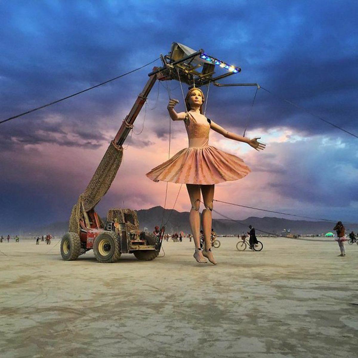 Na środku pustyni na kilka dni powstaje miasto osobliwości. Tak wygląda festiwal Burning Man 2017