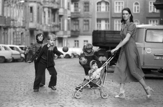 "Ute Mahler. 1980, Berlin-Prenzlauer Berg, fotografia mody dla pisma ""Sibylle"", cykl: Moda  (mat. pras.)"