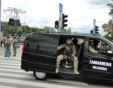 Uzbrojeni żandarmi, 24-godzinne patrole. Jak chroniony jest szef MON?