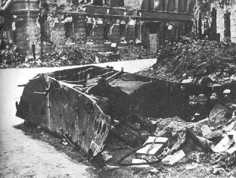 Jak nazywał się niemiecki pojazd, który 13 sierpnia 1944 wybuchł na ulicy Kilińskiego, zabijając ponad 300 osób?