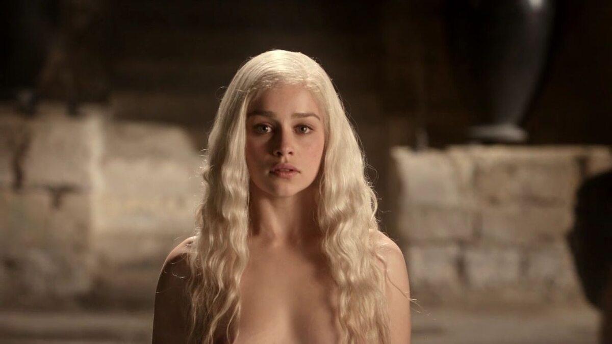 """Daenerys Targaryen w 1. sezonie """"Gry o tron"""" W postać wciela się Emilia Clarke."""