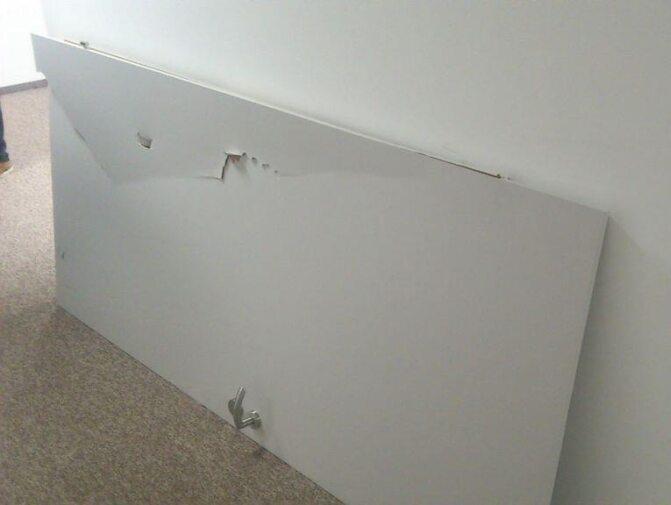 Wyważone drzwi gabinetu redaktora naczelnego (fot.Twitter)