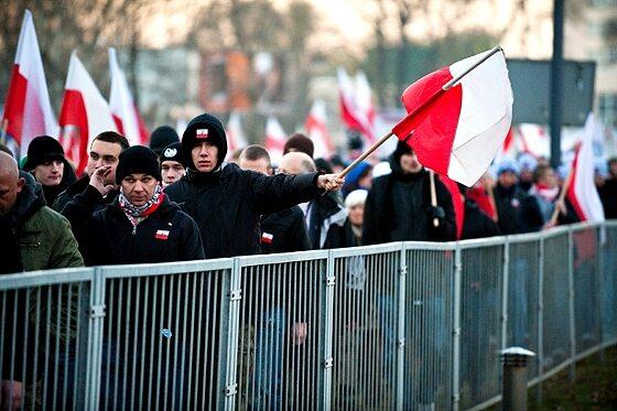 """Uczestnicy """"Marszu Niepodległości"""" zmierzali pod pomnik Romana Dmowskiego (fot. Jakub Czermiński)"""