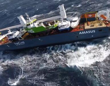 Załoga statku ewakuowana z powodu sztormu. Statek dryfuje u wybrzeży...