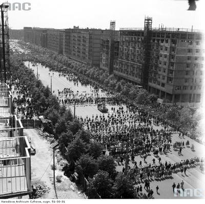 Pochód na ul. Marszałkowskiej - widok z góry od ul. Nowogrodzkiej w stronę pl. Konstytucji. (1961 r.)(fot. NAC)