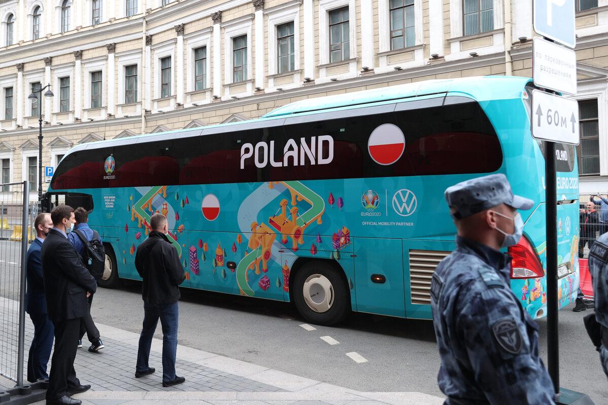 Przyjazd reprezentacji Polski w piłce nożnej do hotelu Astoria w Sankt-Petersburgu