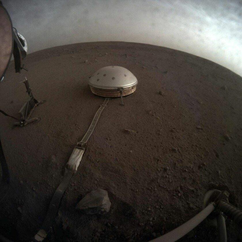 Zdjęcie chmur na Marsie przesłane przez sondę InSight