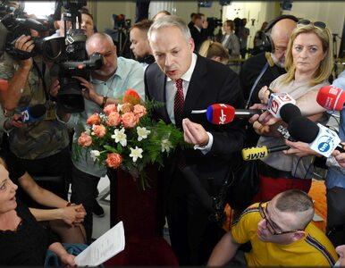 Jacek Żalek przeprosił protestujących. Przyszedł do Sejmu z kwiatami