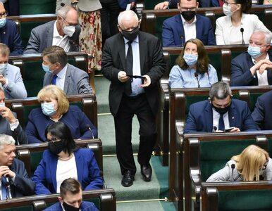 """Jarosław Kaczyński ma obiecywać posłom podwyżki. """"Bez zmian ustaw i..."""