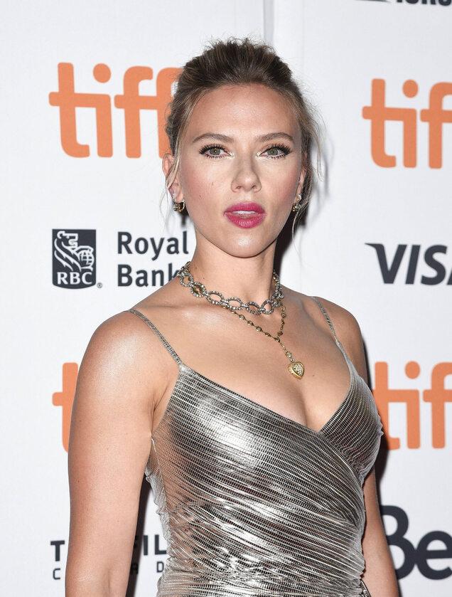 Scarlett Johansson Johansson jest matką 5-letniej córki Rose Dorothy Dauriac, jej jedynego dziecka z byłym mężem Romainem Dauriaciem.