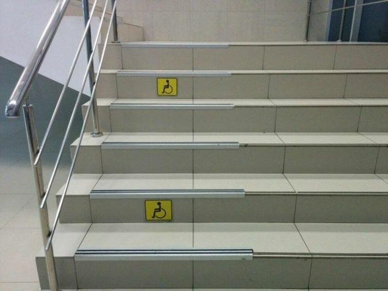 Dobrymi chęciami są te schody oklejone