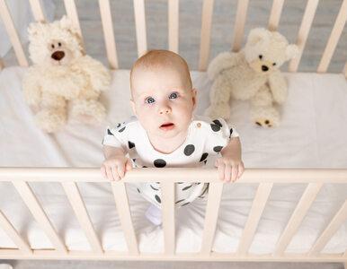 Twoje dziecko uderza główką w szczebelki? Nie musisz się niepokoić