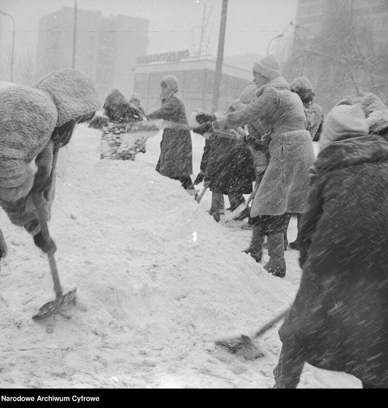 Zima Stulecia na Wierzbnie w Warszawie. Mieszkańcy odśnieżają chodnik