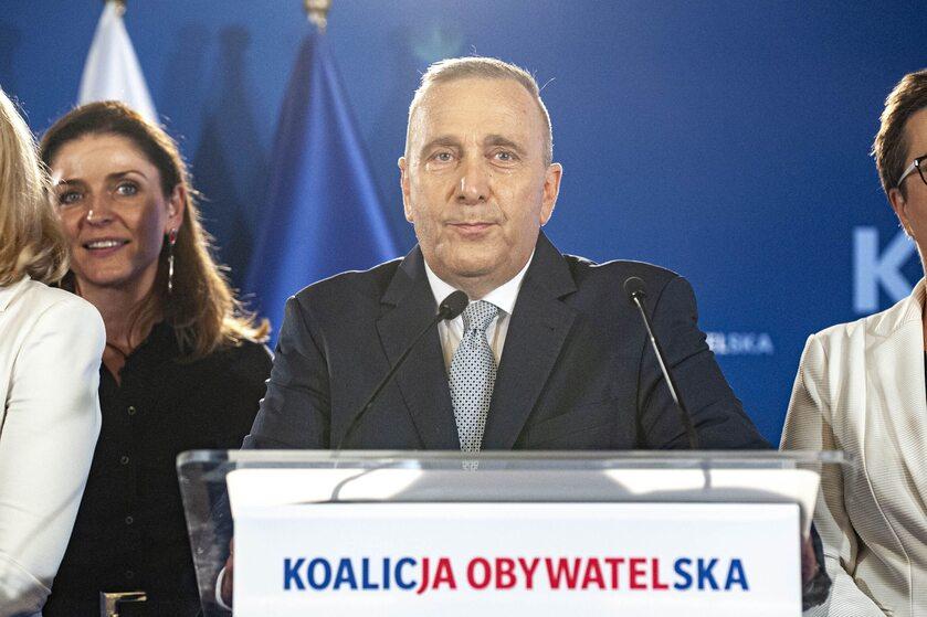 Grzegorz Schetyna, w tle Joanna Mucha