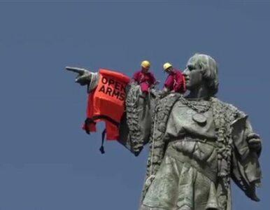 Na 60-metrowym pomniku Krzysztofa Kolumba zawisła kamizelka ratunkowa....